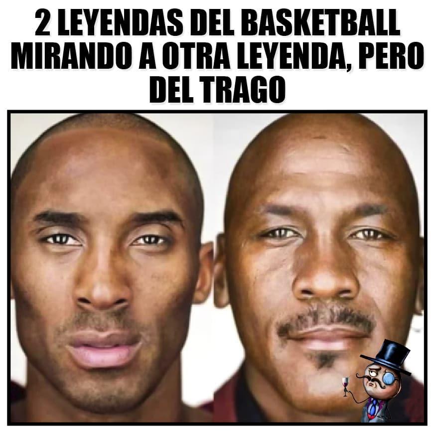 2 leyendas del basketbau mirando a otra leyenda, pero del trago.