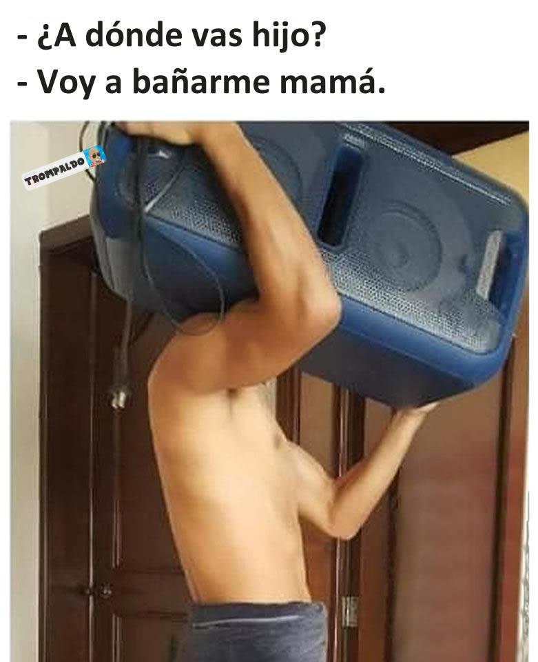 - ¿A dónde vas hijo?  - Voy a bañarme mamá.