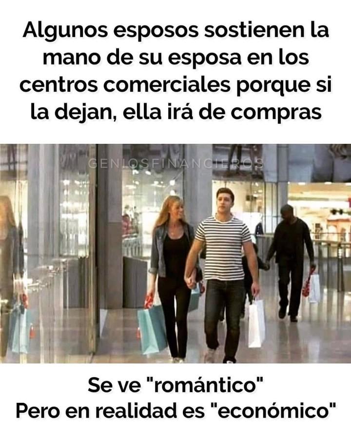 """Algunos esposos sostienen la mano de su esposa en los centros comerciales porque si la dejan, ella irá de compras.  Se ve """"romántico"""" pero en realidad es """"económico""""."""