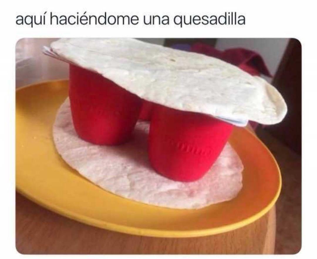 Aquí haciéndome una quesadilla.