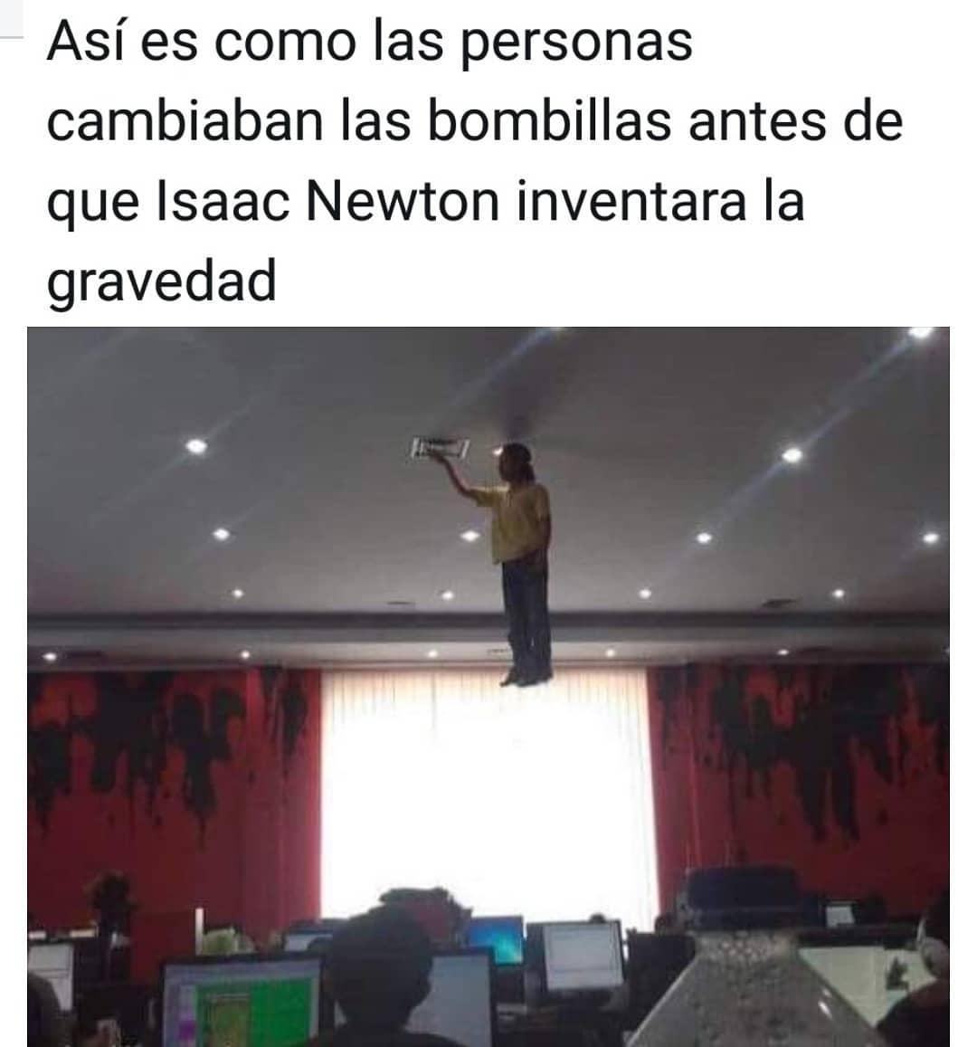 Así es como las personas cambiaban las bombillas antes de que Isaac Newton inventara la gravedad.