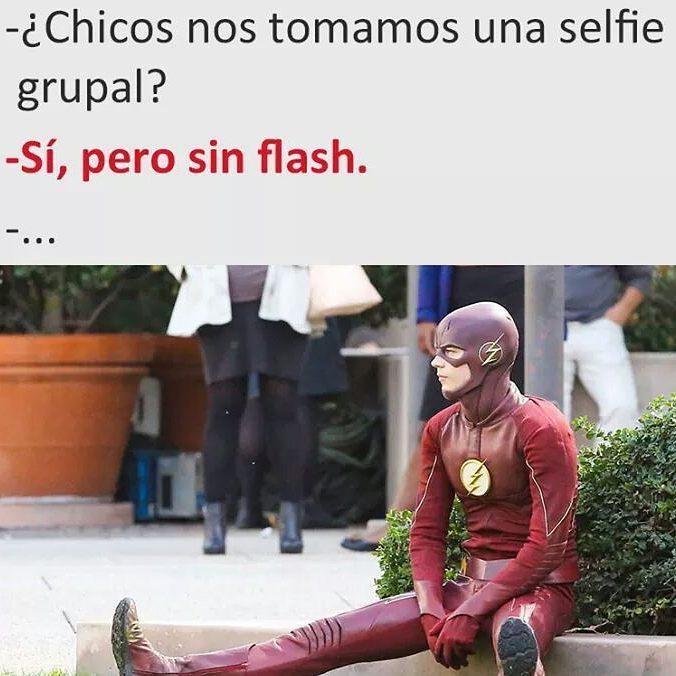 - ¿Chicos nos tomamos una selfie grupal?  - Sí, pero sin flash.  -...