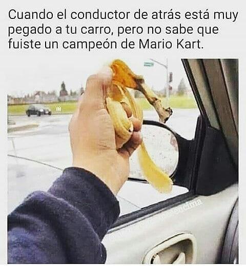 Cuando el conductor de atrás está muy pegado a tu carro, pero no sabe que fuiste un campeón de Mario Kart.