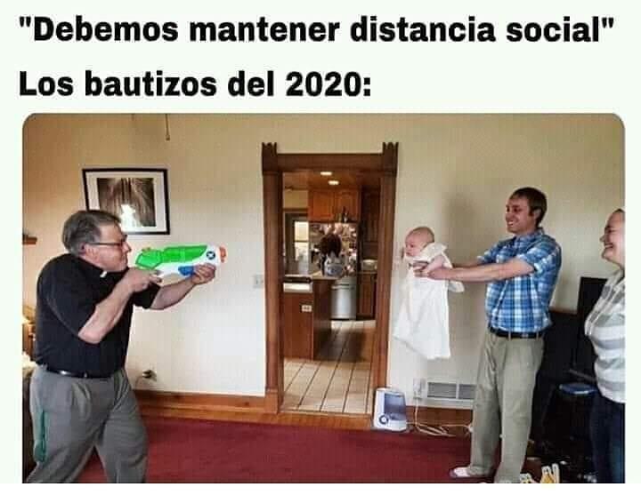 """""""Debemos mantener distancia social"""".  Los bautizos del 2020:"""