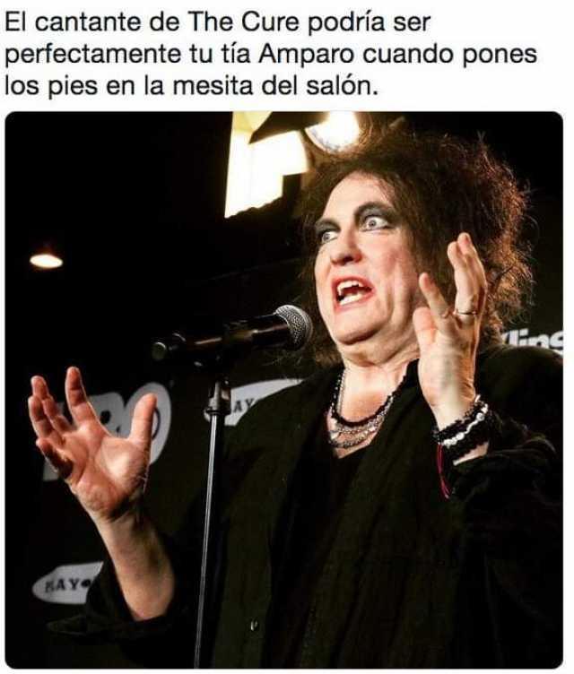 El cantante de The Cure podría ser perfectamente tu tía Amparo cuando pones los pies en la mesita del salón.