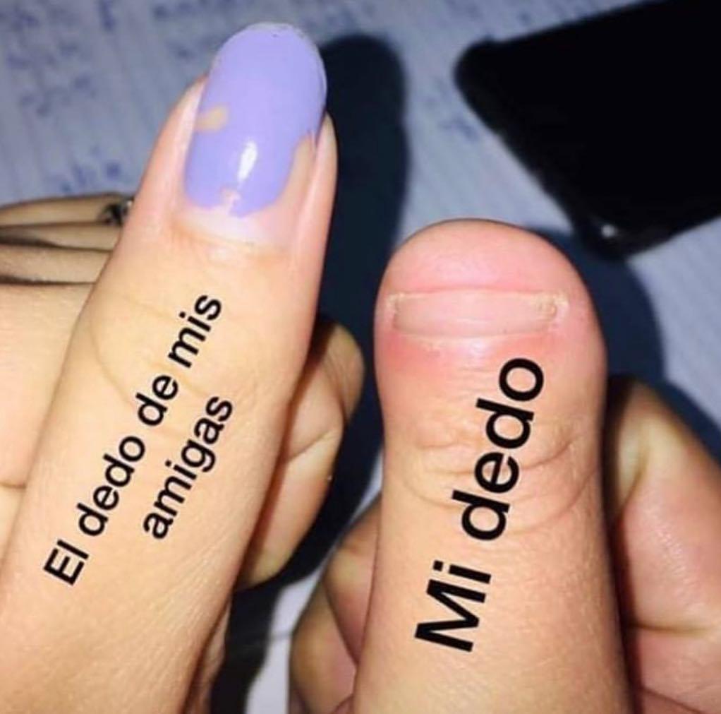 El dedo de mis amigas. / Mi dedo.