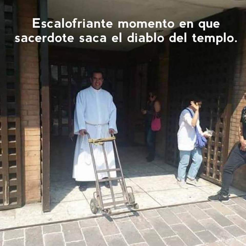 Escalofriante momento en que sacerdote saca el diablo del templo.