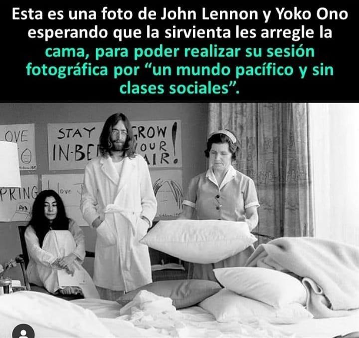 """Esta es una foto de John Lennon y Yoko Ono esperando que la sirvienta les arregle la cama, para poder realizar su sesión fotográfica por """"un mundo pacífico y sin clases sociales""""."""