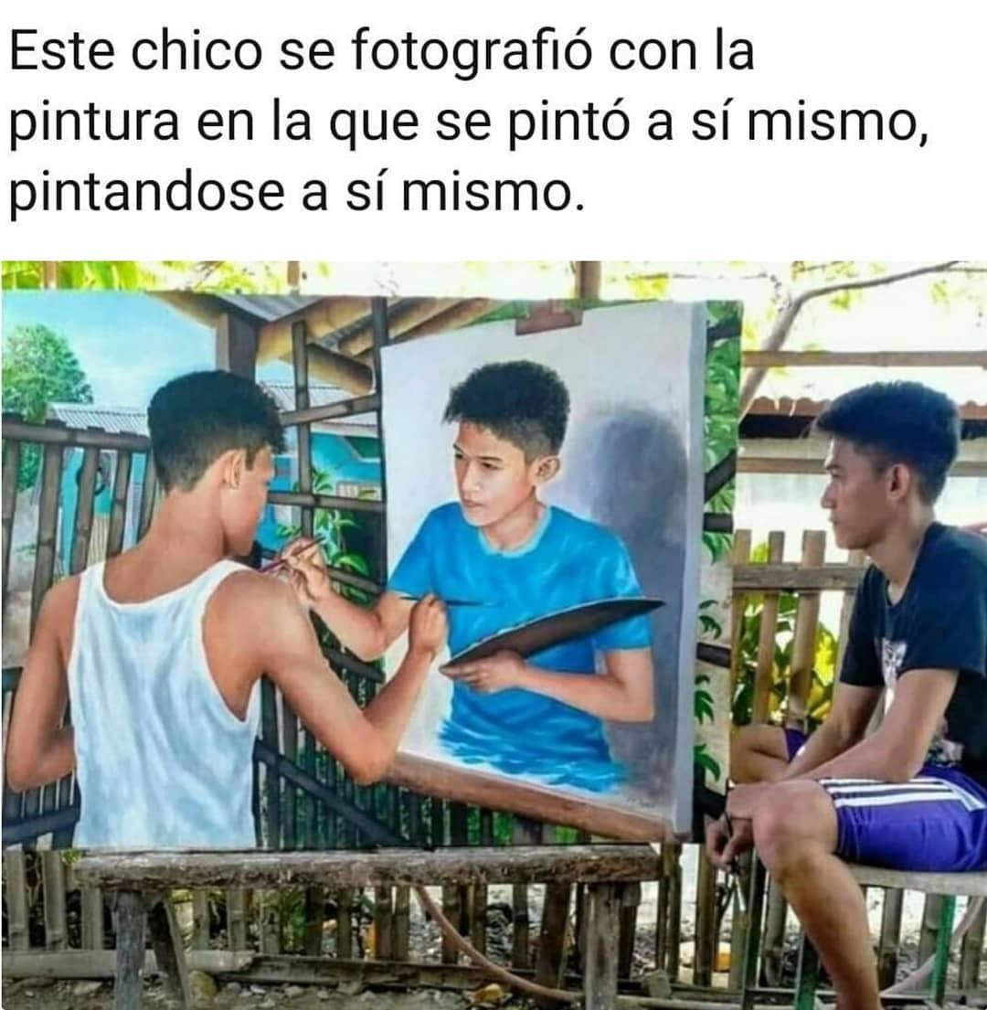 Este chico se fotografió con la pintura en la que se pintó a sí mismo, pintándose a sí mismo.