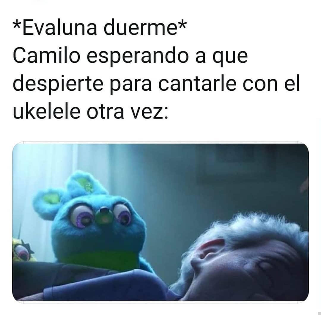 *Evaluna duerme*  Camilo esperando a que despierte para cantarle con el ukelele otra vez: