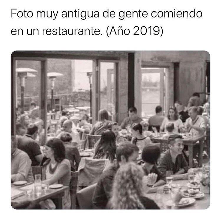 Foto muy antigua de gente comiendo en un restaurante. (Año 2019)