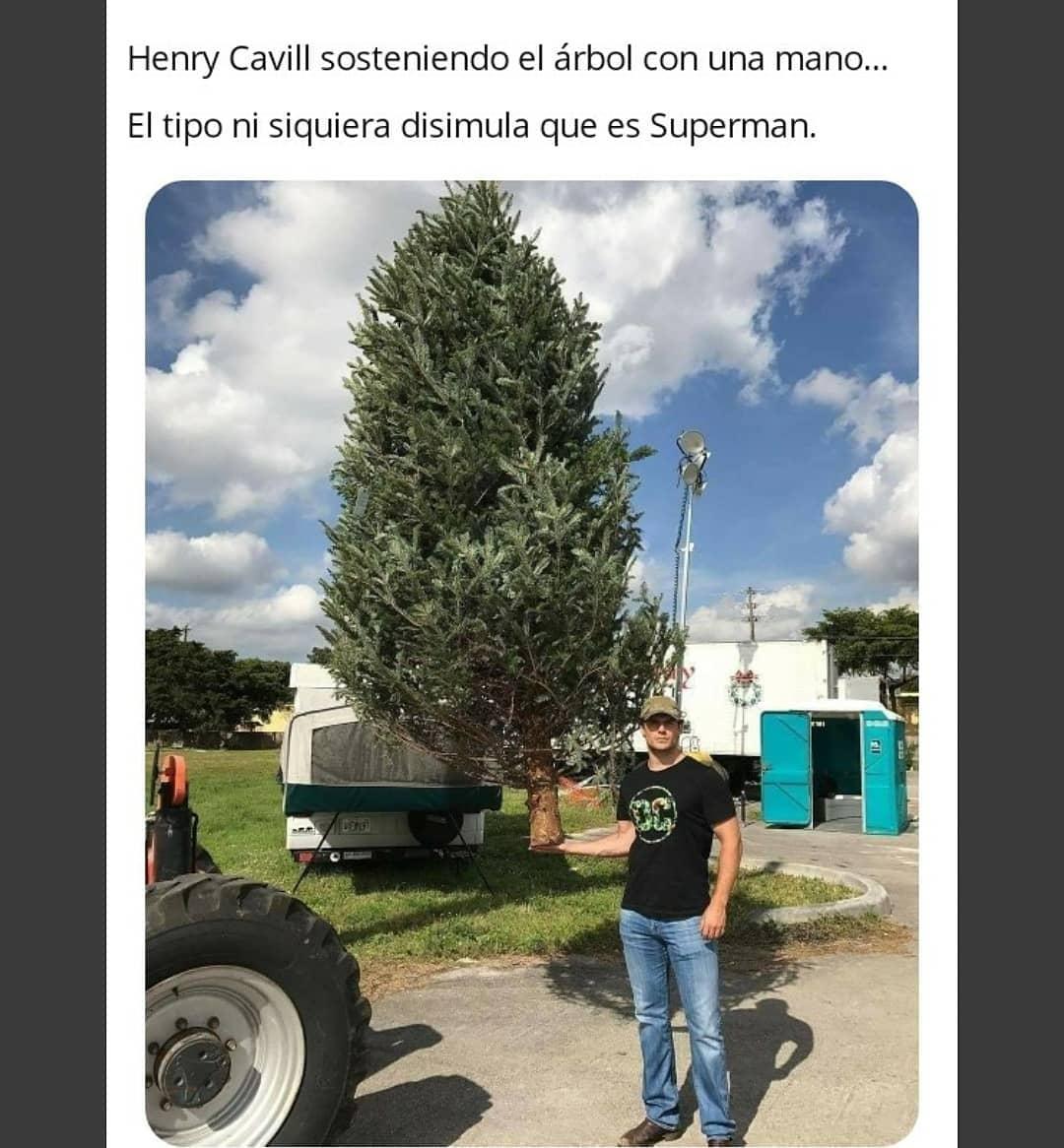 Henry Cavill sosteniendo el árbol con una mano... El tipo ni siquiera disimula que es Superman.