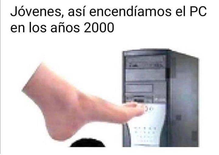 Jóvenes, así encendíamos el PC en los años 2000.