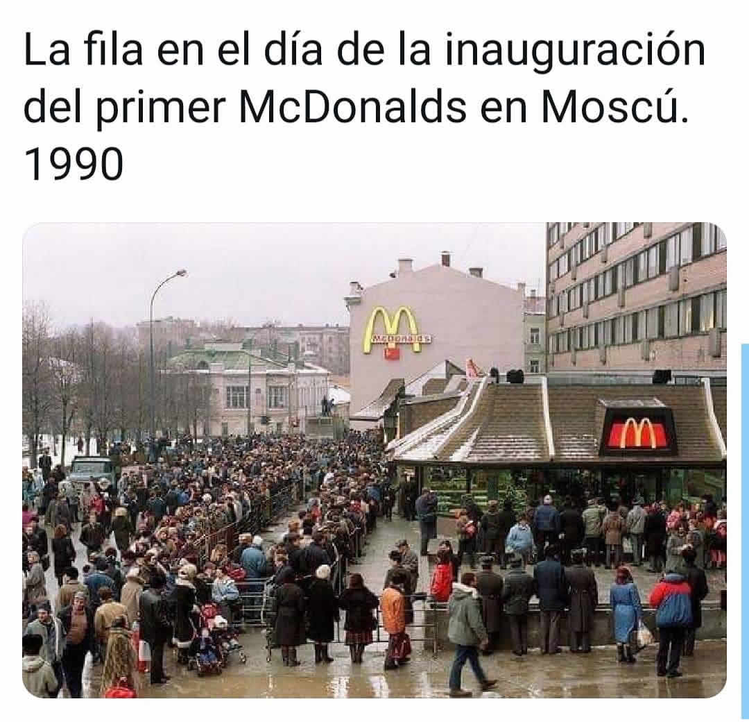 La fila en el día de la inauguración del primer McDonalds en Moscú. 1990.
