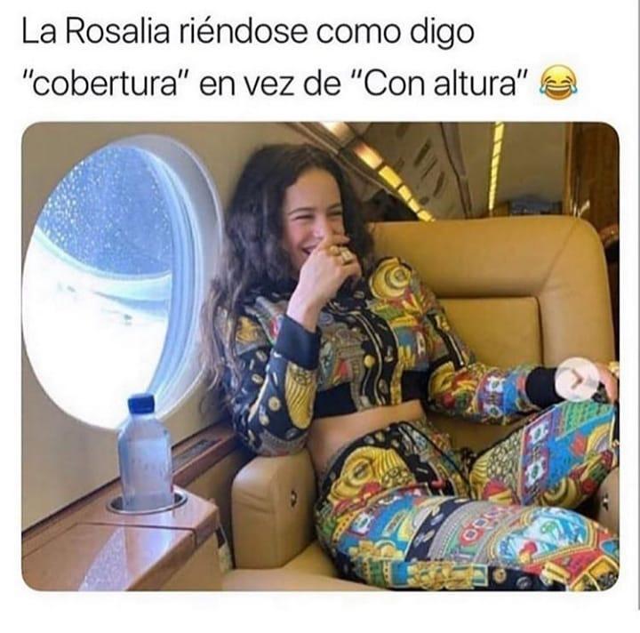 """La Rosalia riéndose como digo """"cobertura"""" en vez de """"Con altura""""."""