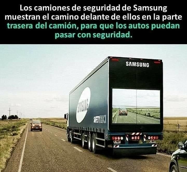 Los camiones de seguridad de Samsung muestran el camino delante de ellos en la parte trasera del camión, para que los autos puedan pasar con seguridad.