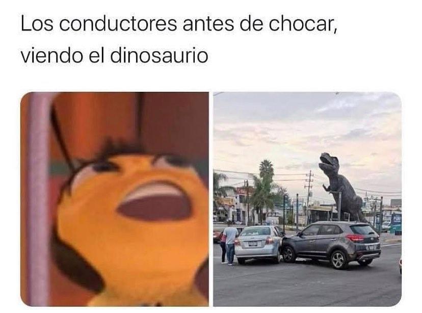 Los conductores antes de chocar, viendo el dinosaurio.