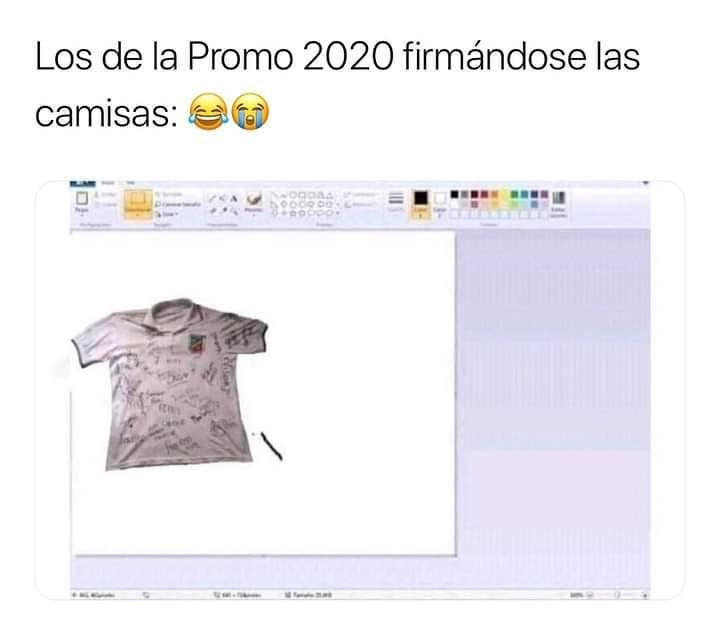 Los de la Promo 2020 firmándose las camisas: