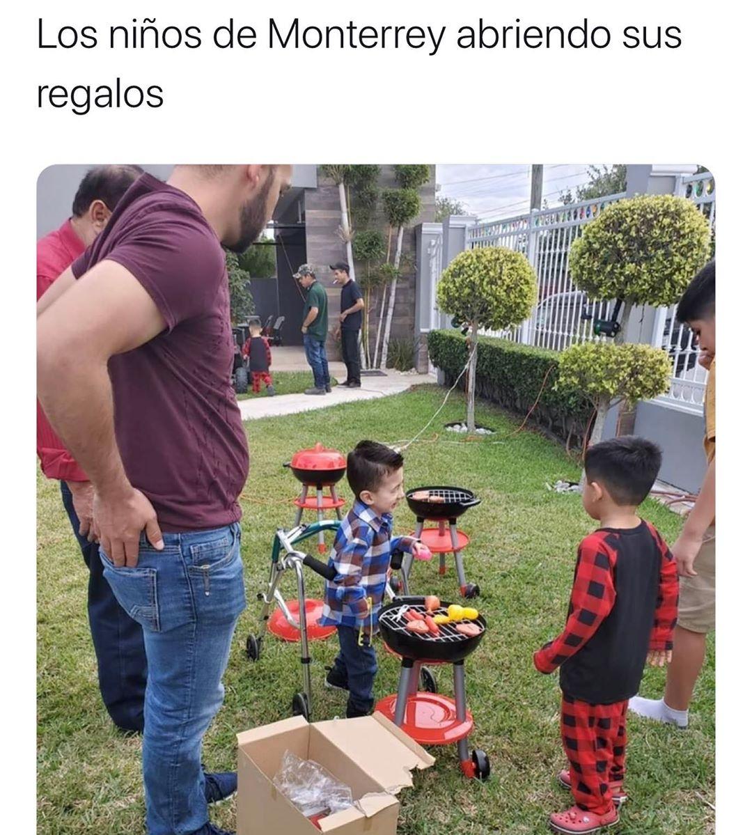 Los niños de Monterrey abriendo sus regalos.