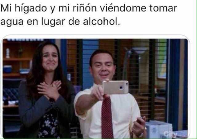 Mi hígado y mi riñón viéndome tomar agua en lugar de alcohol.