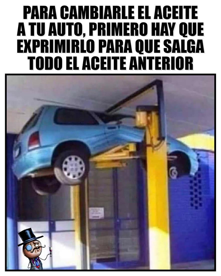 Para cambiarle el aceite a tu auto, primero hay que exprimirlo para que salga todo el aceite anterior.