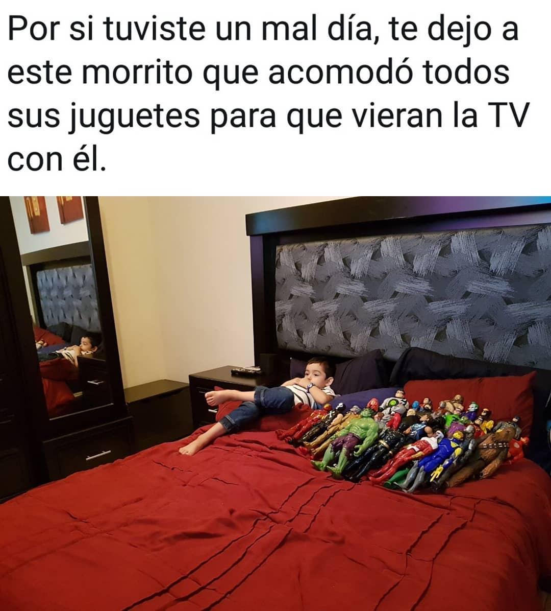 Por si tuviste un mal día, te dejo a este morrito que acomodó todos sus juguetes para que vieran la TV con él.
