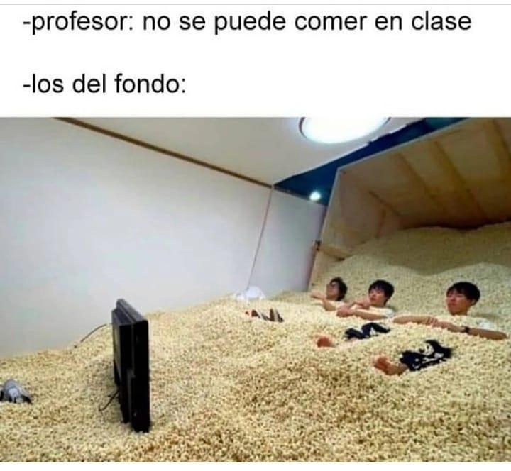Profesor: No se puede comer en clase.  Los del fondo: