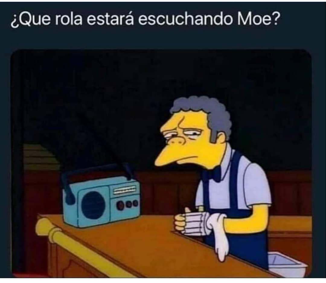 ¿Que rola estará escuchando Moe?