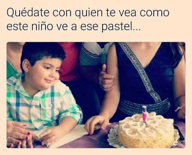 Quédate con quien te vea como este niño ve a ese pastel...