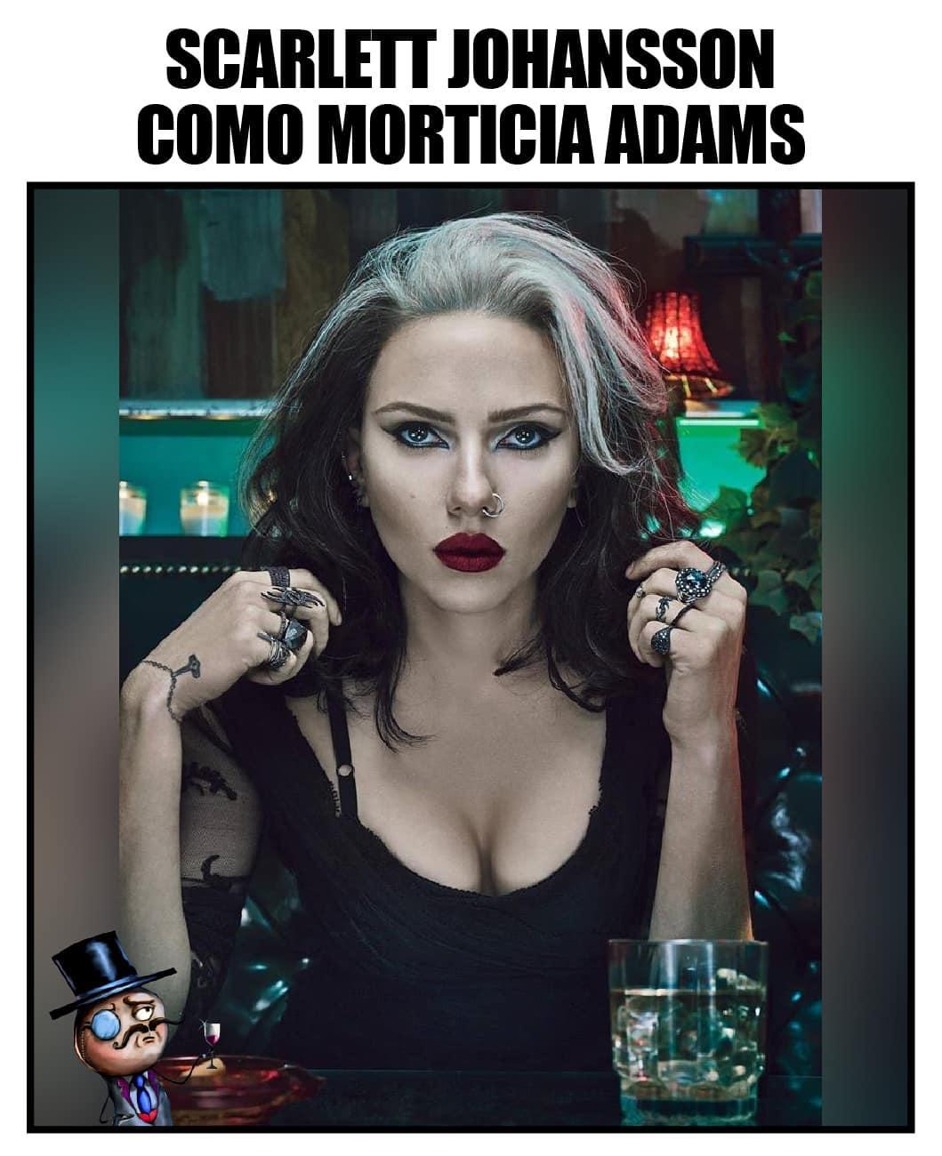 Scarlett Johansson como Morticia Adams.