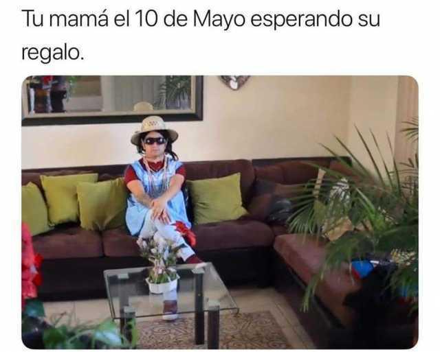 Tu mamá el 10 de Mayo esperando su regalo.