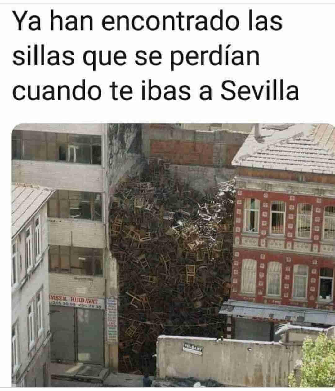 Ya han encontrado las sillas que se perdían cuando te ibas a Sevilla.