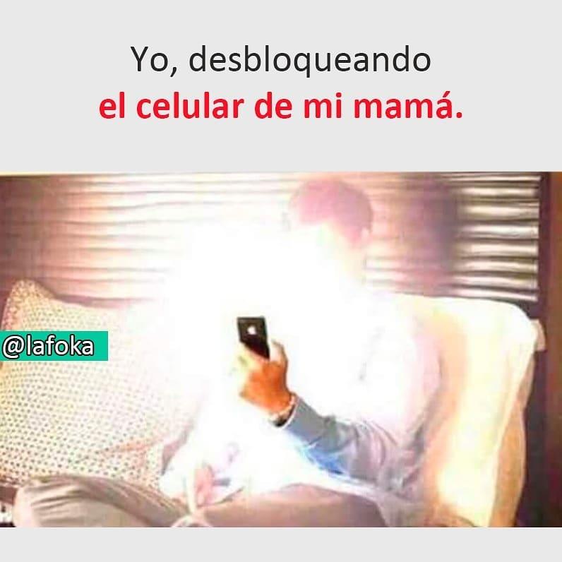 Yo, desbloqueando el celular de mi mamá.