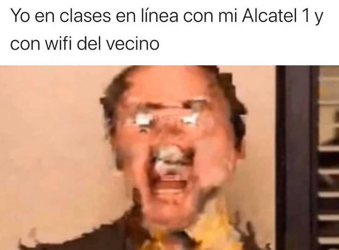 Yo, en clases en línea con mi Alcatel 1 y WiFi del vecino.