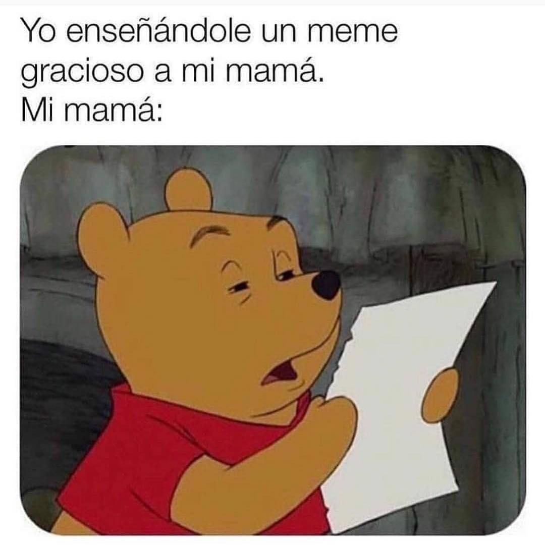 Yo enseñándole un meme gracioso a mi mamá.  Mi mamá: