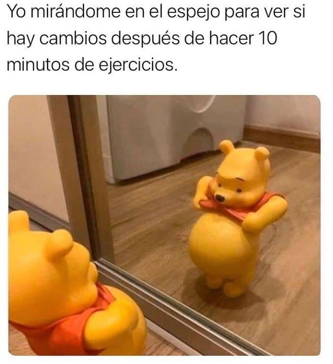 Yo mirándome en el espejo para ver si hay cambios después de hacer 10 minutos de ejercicios.