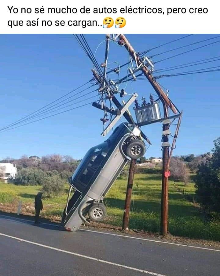 Yo no sé mucho de autos eléctricos, pero creo que así no se cargan...