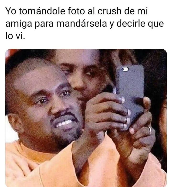 Yo tomándole foto al crush de mi amiga para mandársela y decirle que lo vi.