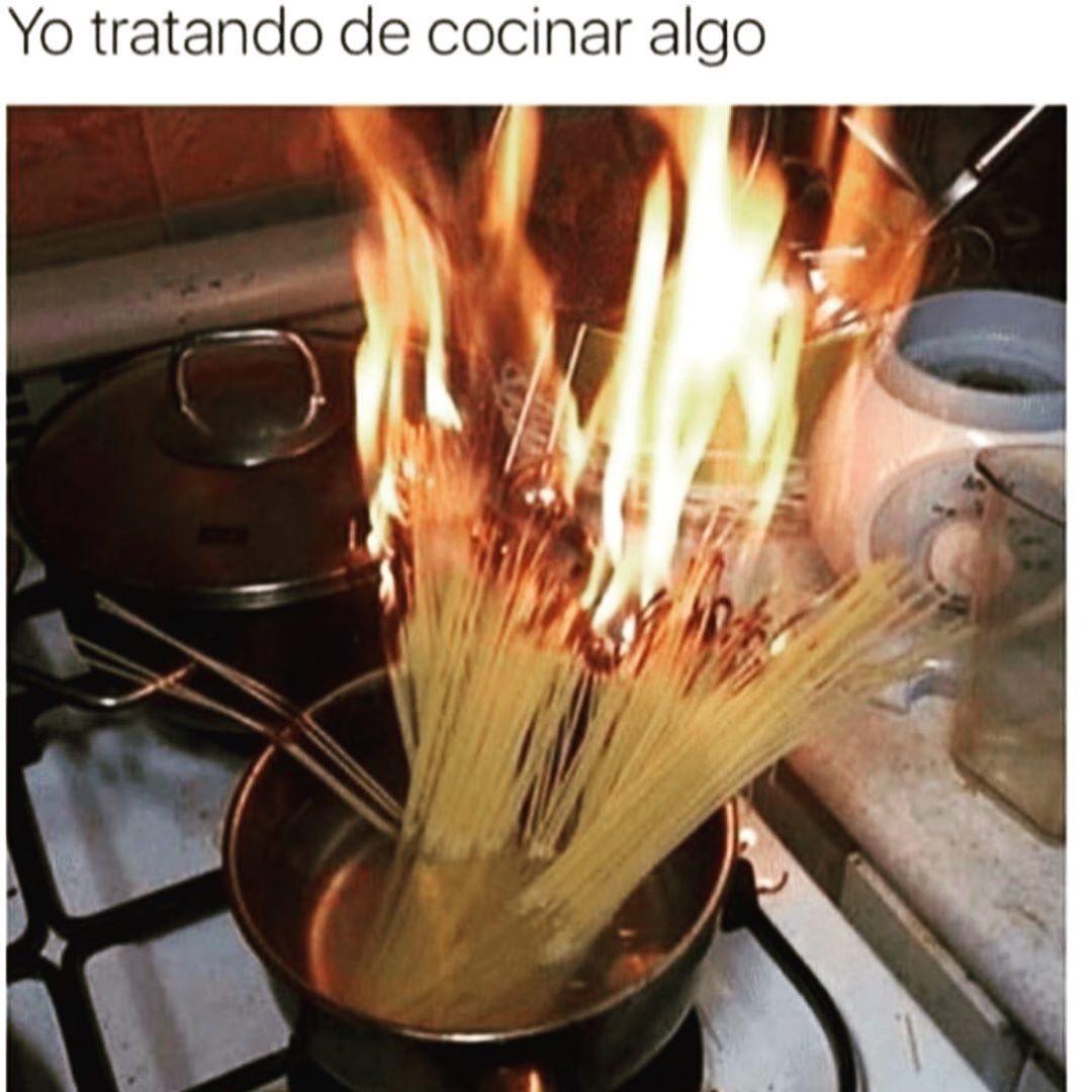 Yo tratando de cocinar algo.