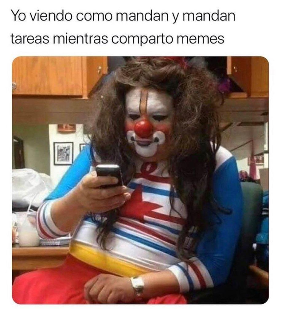 Yo viendo como mandan y mandan tareas mientras comparto memes.